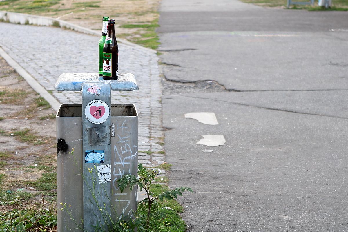 Pfandflaschen neben oder auf Mülleimer stellen