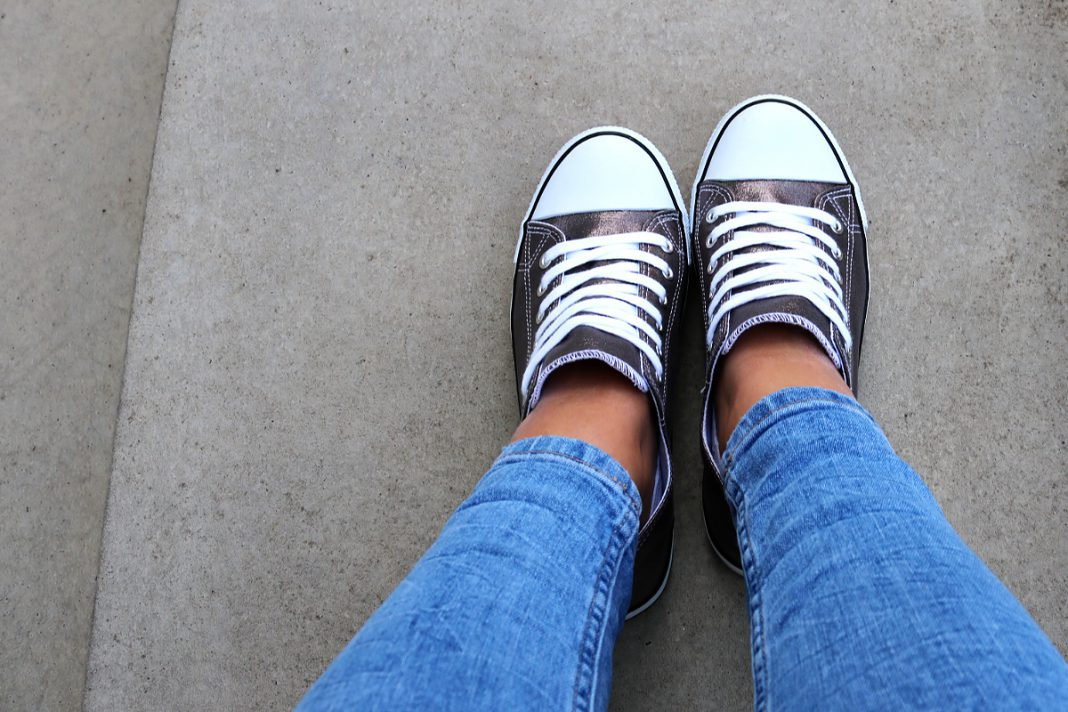 Sneakers und Jeans zum Bewerbungsgespräch