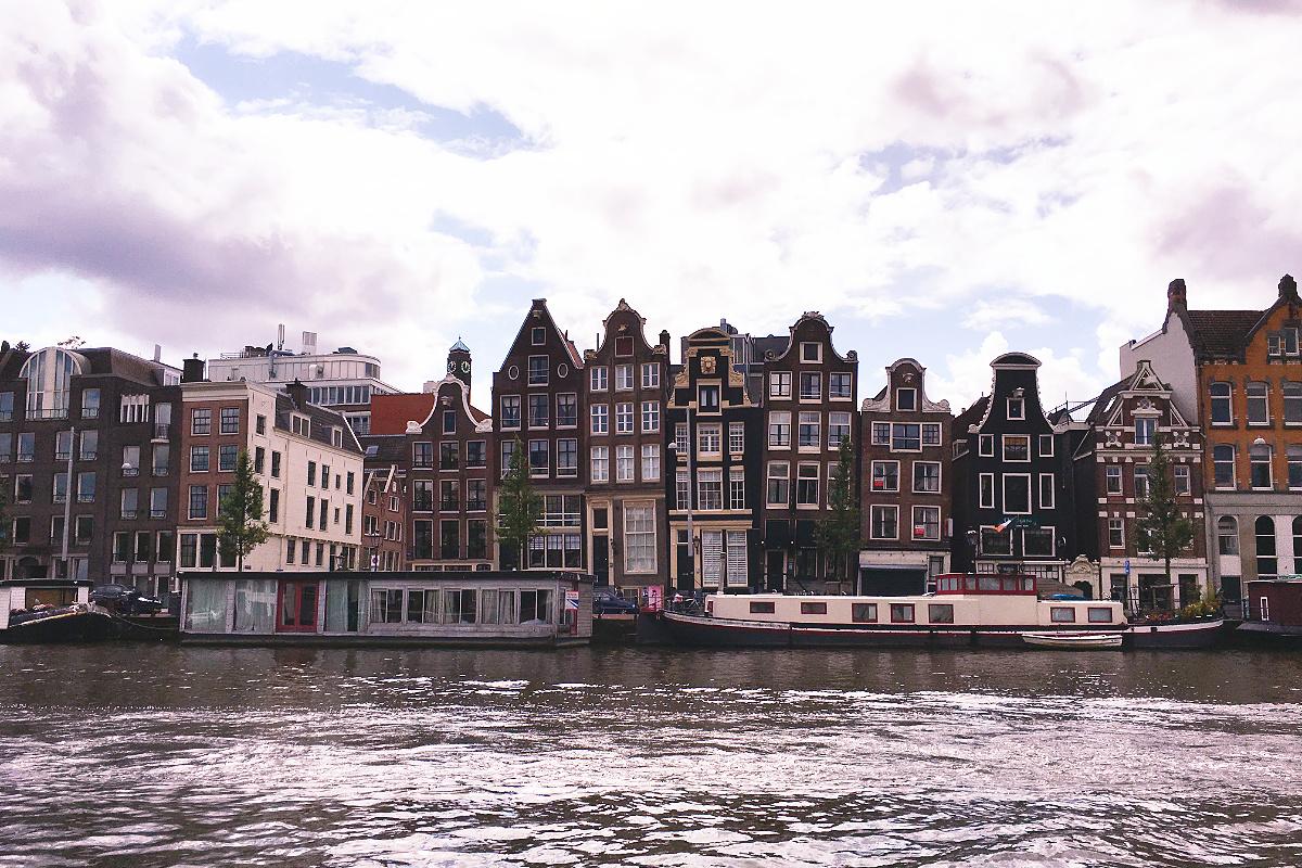 Amsterdam zu Fuß erkunden Amsterdams schiefste Häuser