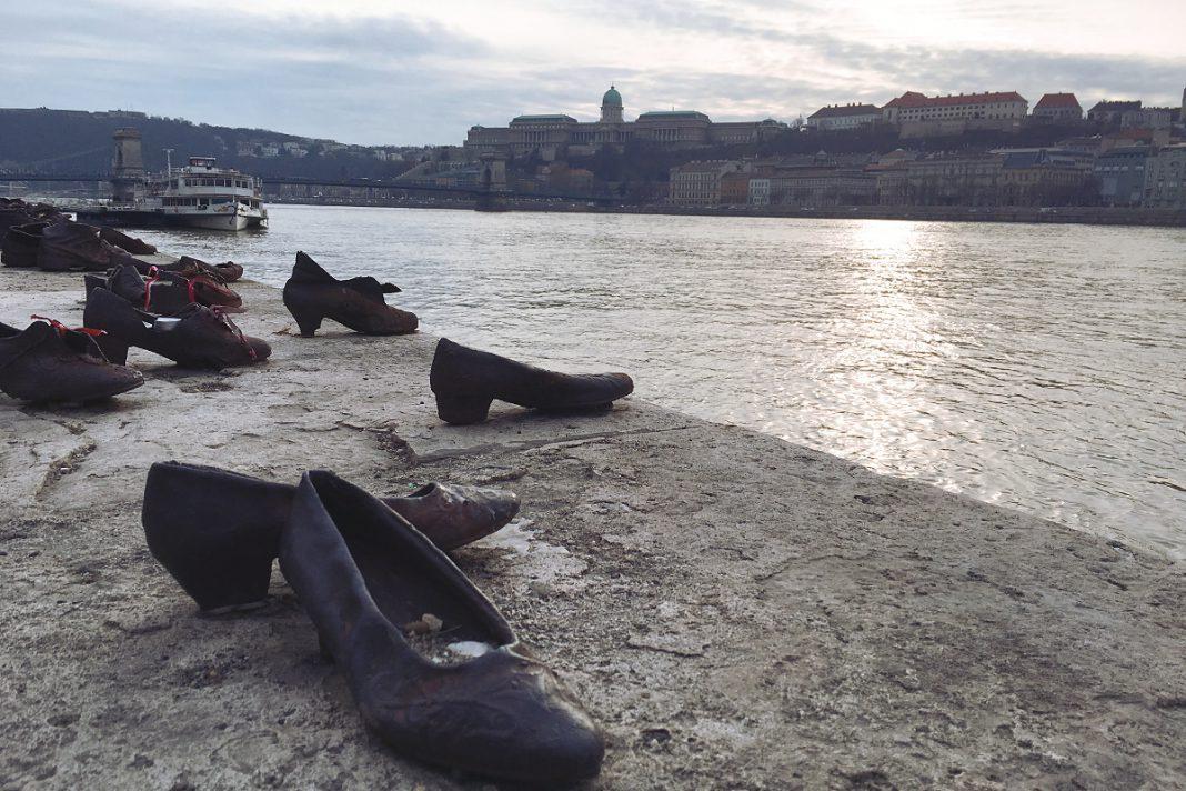 Budapest zu Fuß erkunden Schuhe am Donauufer