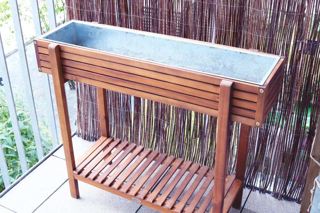 Hochbeet für Balkon vorm Bepflanzen reinigen