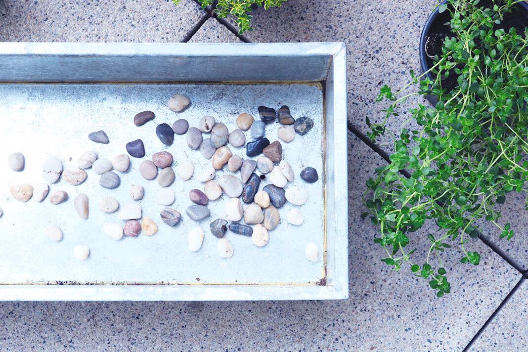 Wasserablauf mit Kieselsteinen vor Verstopfung schützen
